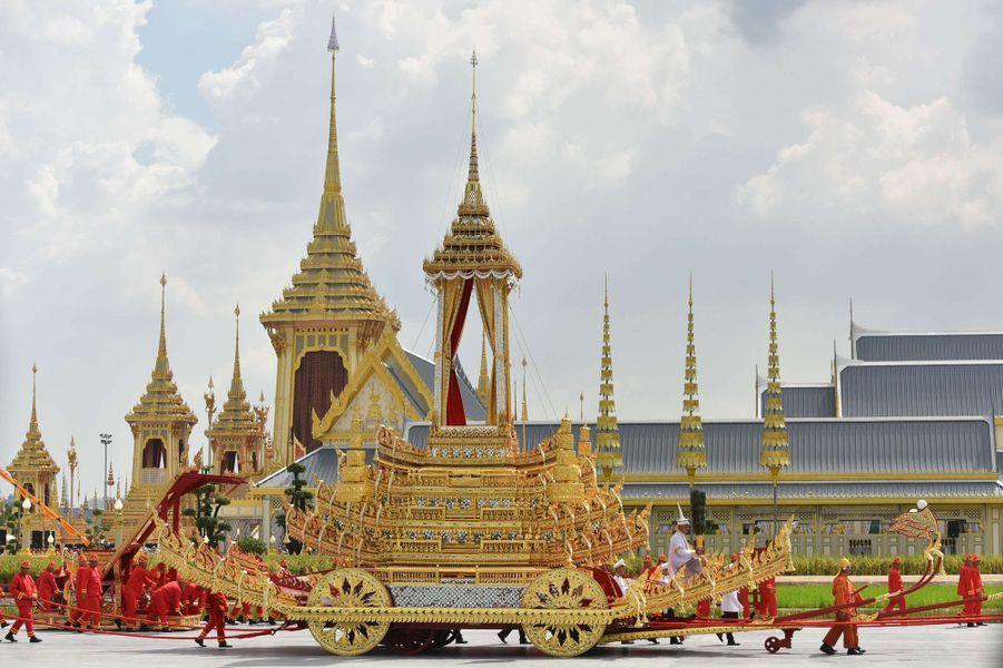 Le chariot royal, lors des funérailles du roi Bhumibol de Thaïlande, le 26 octobre 2017