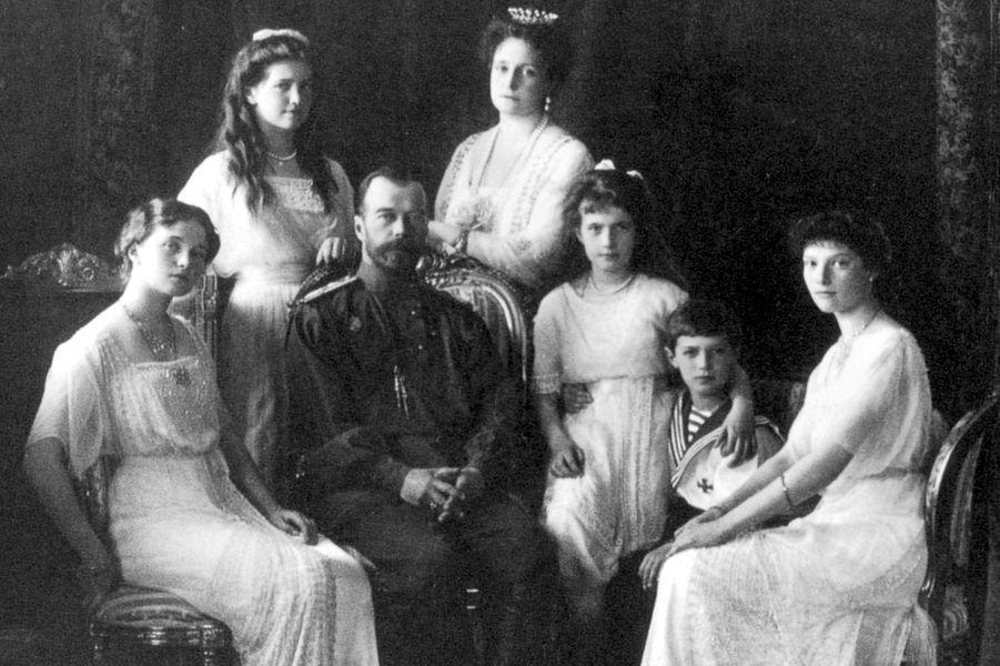 Le tsar de Russie Nicolas II avec sa femme et leurs enfants. Photo non datée