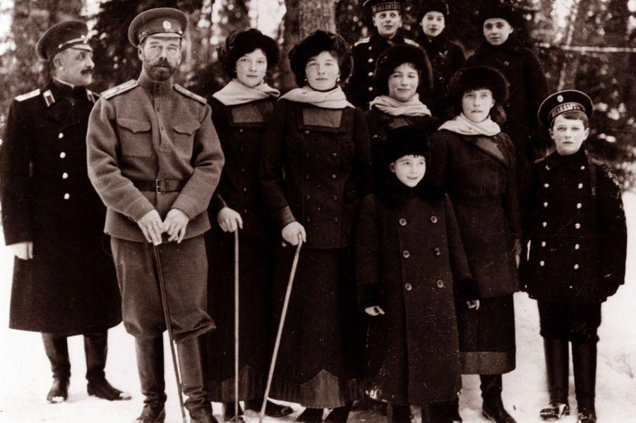 Le tsar de Russie Nicolas II et ses enfants en 1916 ou 1917