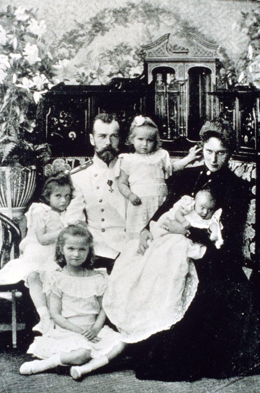 Le tsar de Russie Nicolas II avec sa femme et leurs filles en 1901