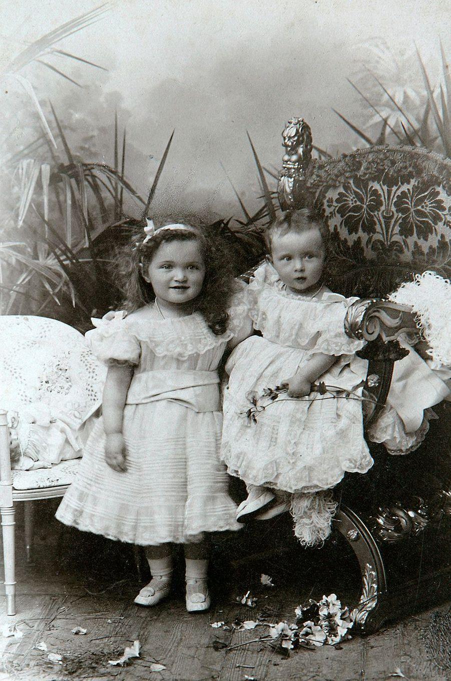 Les grandes-duchesses Olga et Tatiana de Russie. Photo non datée