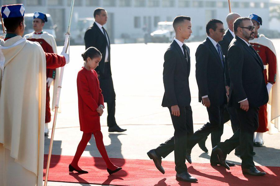 La princesse Lalla Khadija et le prince Moulay El Hassan du Maroc avec leur père le roi Mohammed VI, à Rabat le 13 février 2019