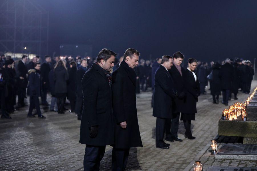 Le grand-duc Henri de Luxembourg et le Premier ministre luxembourgeois à Auschwitz-Birkenau, le 27 janvier 2020. Derrière, la princesse héritière Victoria de Suède