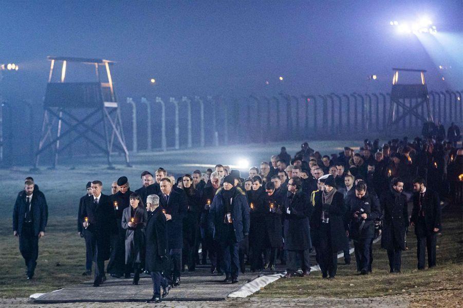 Les délégations vont déposer des lumières sur le Mémorial international aux victimes,à Auschwitz-Birkenau, le 27 janvier 2020