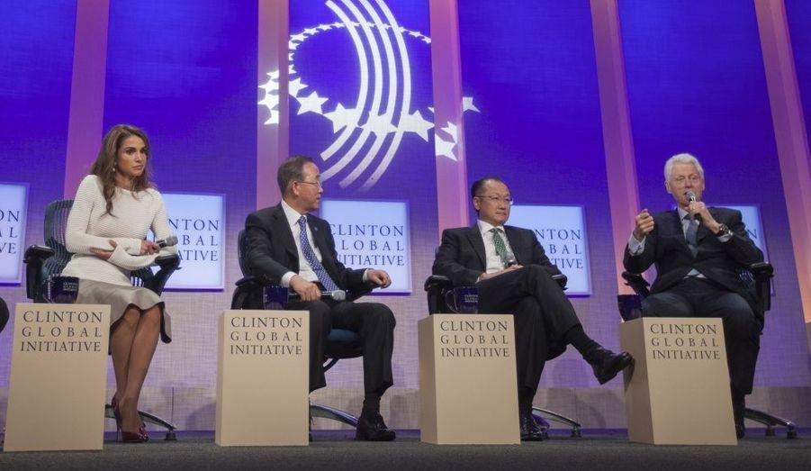 Lors d'un débat de la Clinton Global Initiative 2012, de gauche à droite : la Reine Rania de Jordanie, le Secrétaire général des Nations unies Ban Ki-Moon, le président de la Banque Mondiale Jim Yong Kim et Bill Clinton.