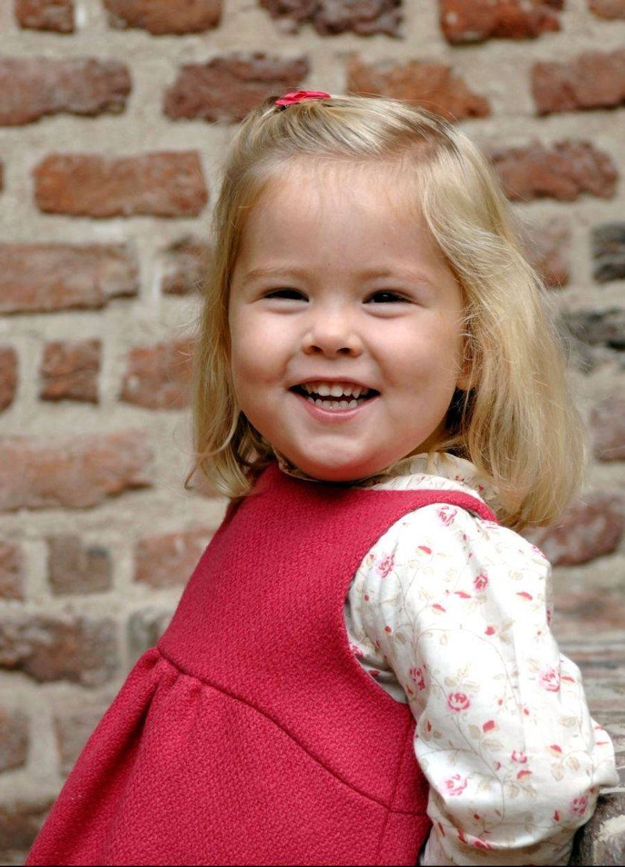 Catharina-Amalia et son grand sourire en 2006