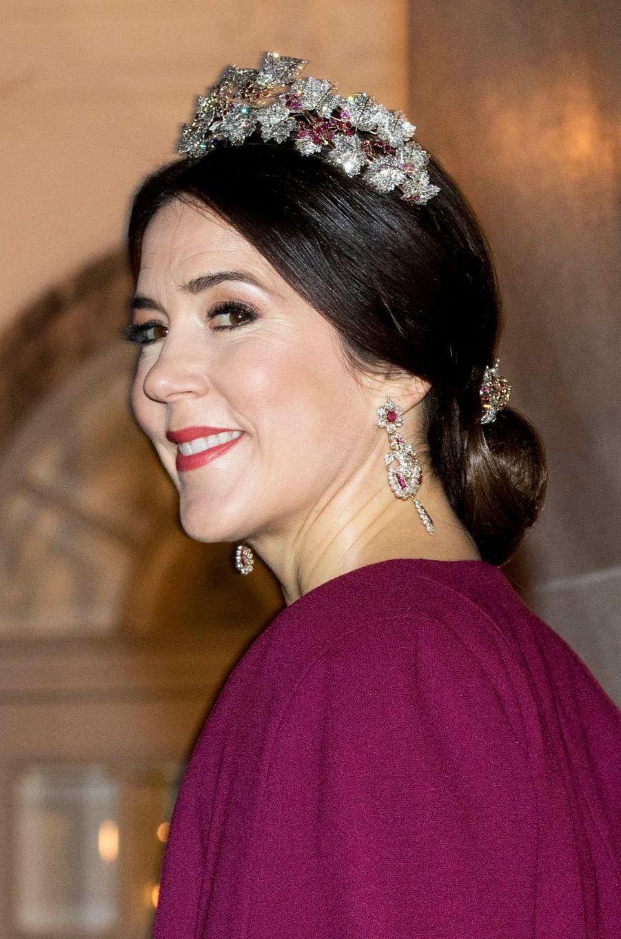 La plus rayonnante - Comme tous les ans, les princesses Mary et Marie de Danemark ont lancé ce dimanche 1er janvier l'année royale 2017 en prenant part au dîner du Nouvel An de la reine Margrethe II.