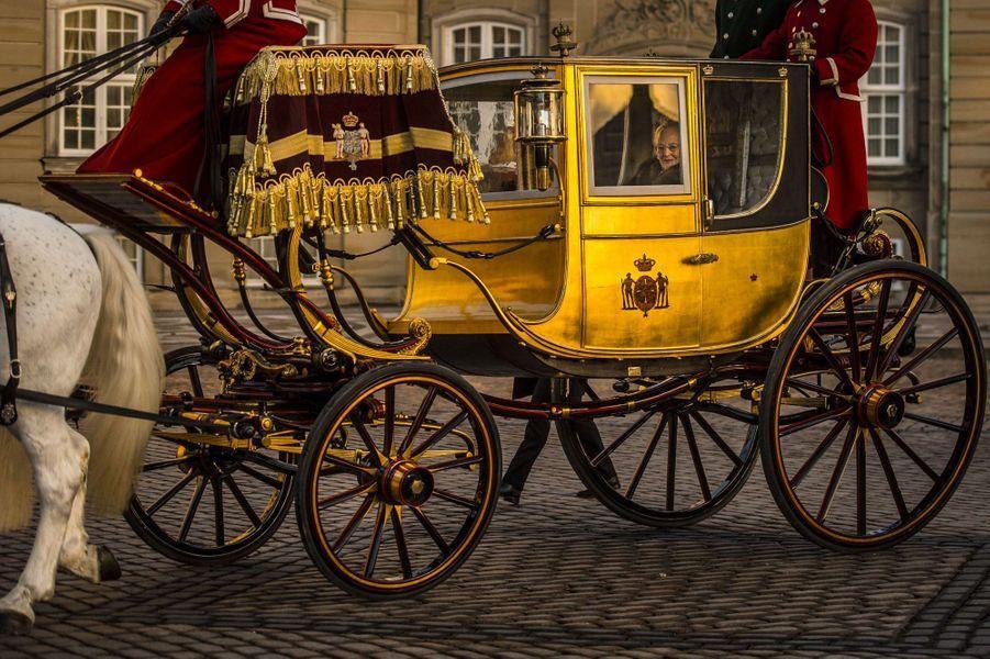La plus royale - Ce mercredi 4 janvier, c'est à bord de son carrosse que la reine Margrethe II de Danemark a rejoint le prince Frederik et la princesse Mary au château de Christiansborg.