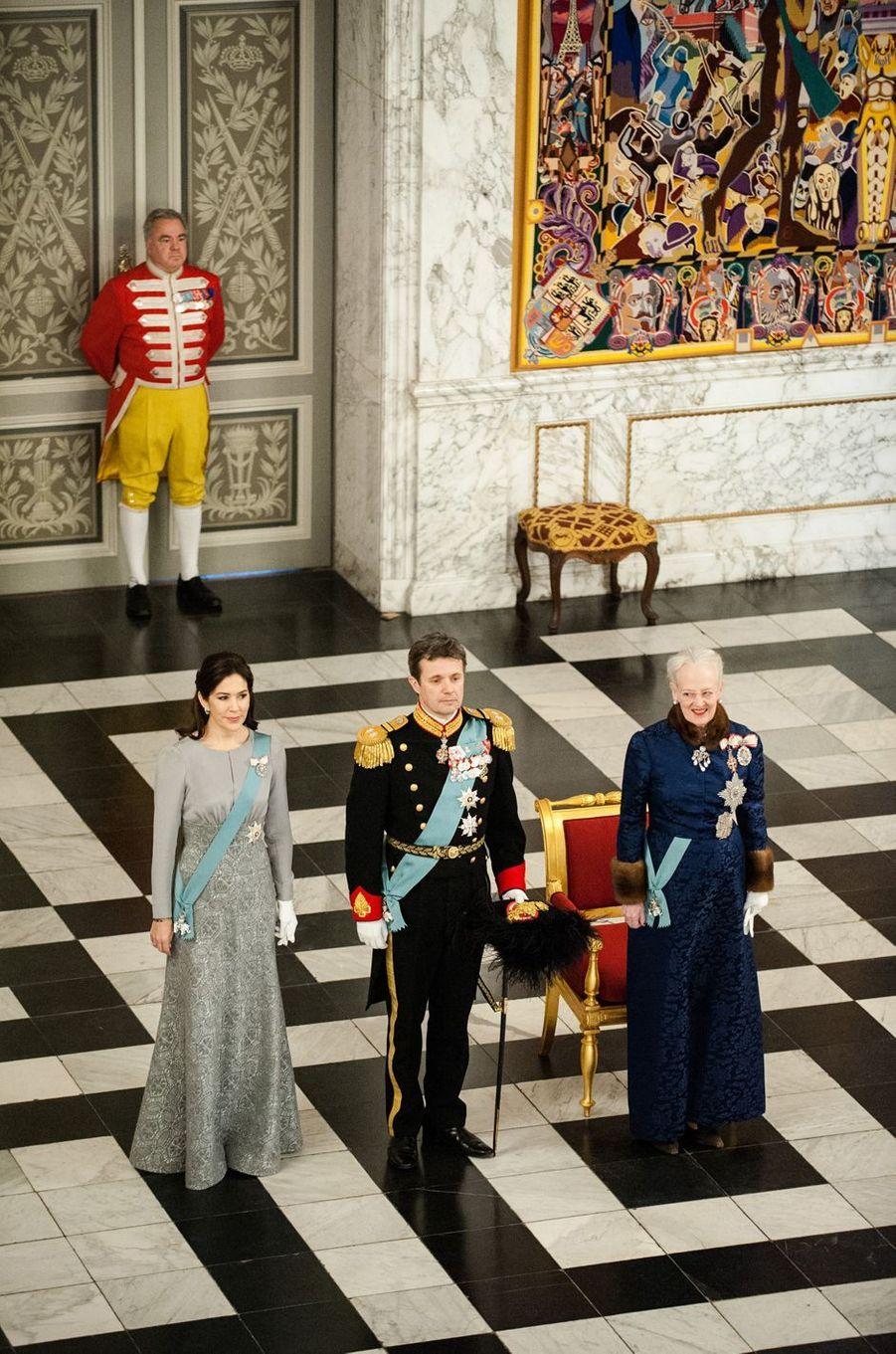 La plus cérémoniale – Ce mardi 3 janvier, la princesse Mary de Danemark et son époux le prince héritier Frederik étaient aux côtés de la reine Margrethe II pour la traditionnelle réception des diplomates.