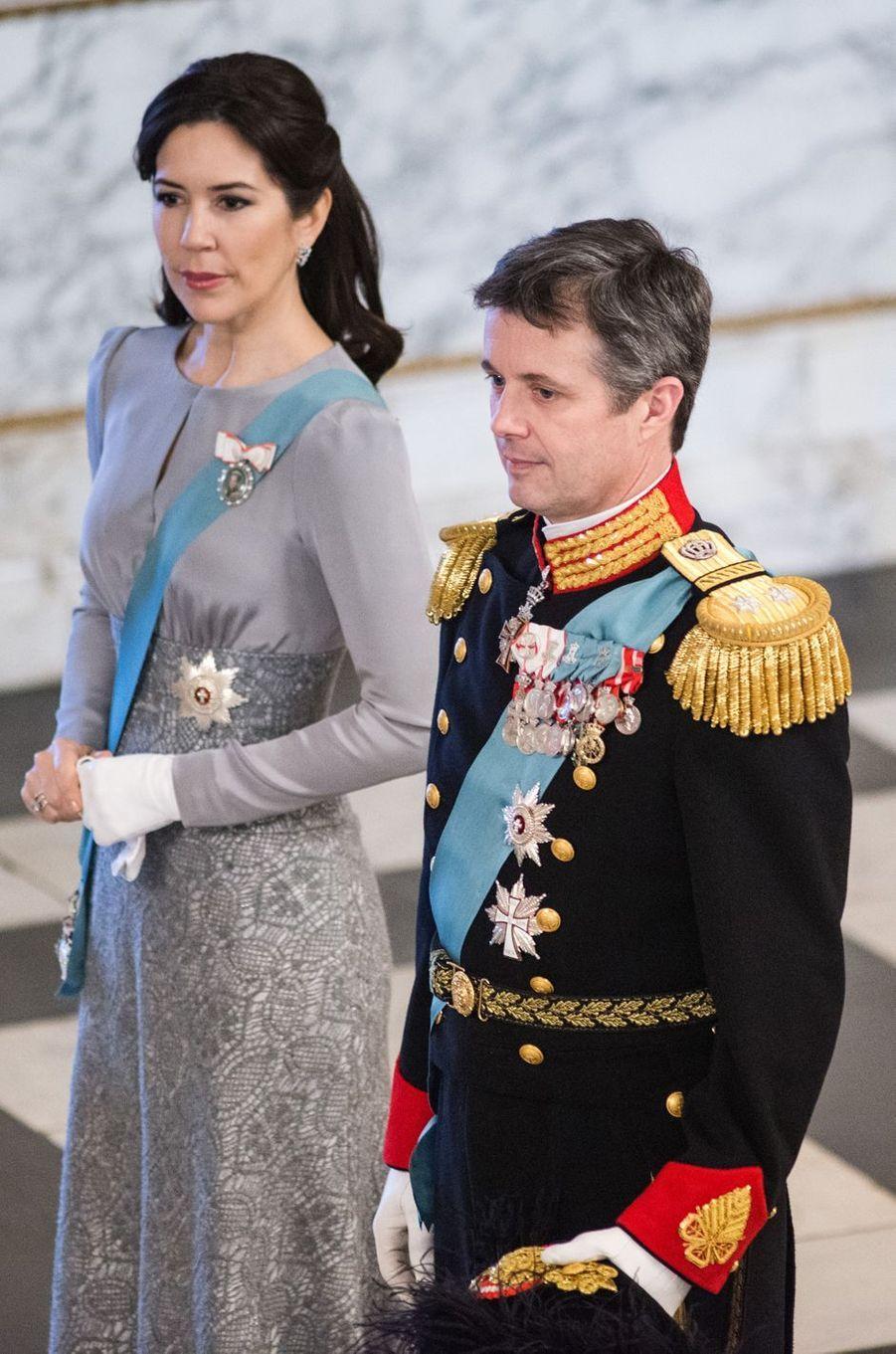 La plus attentive - Ce mardi 3 janvier, la princesse Mary de Danemark et son époux le prince héritier Frederik étaient aux côtés de la reine Margrethe II pour la traditionnelle réception des diplomates.