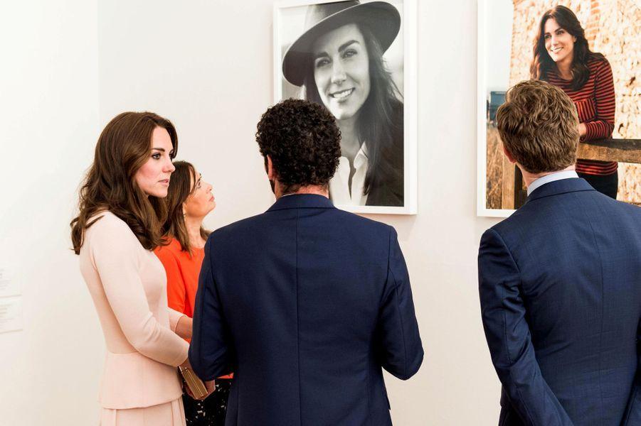 Curieuse rencontre! Ce mercredi 4 mai au soir, la duchesse de Cambridge, née Kate Middleton, s'est retrouvée face à elle-même à la National Portrait Gallery à Londres.