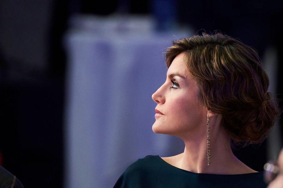 Ce jeudi 5 mai au soir, la reine Letizia d'Espagne était des plus glamour pour fêter les 40 ans du quotidien espagnol «El País» et remettre avec son royal époux des prix de journalisme.