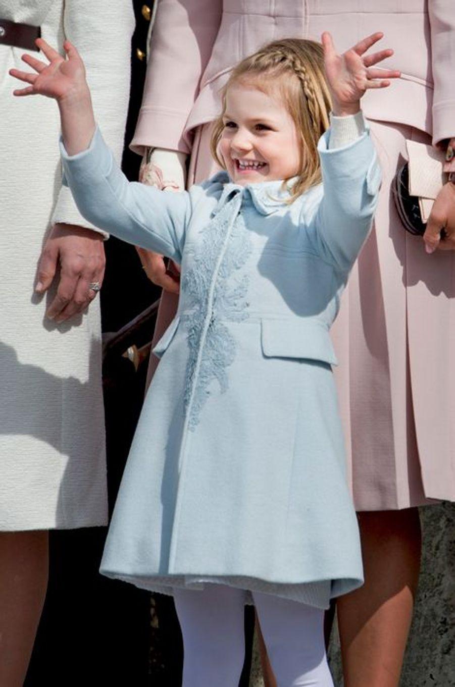 La toute mignonne petite princesse Estelle n'a pas manqué de se faire remarquer ce samedi 30 avril lors des cérémonies des 70 ans de son grand-père le roi de Suède.