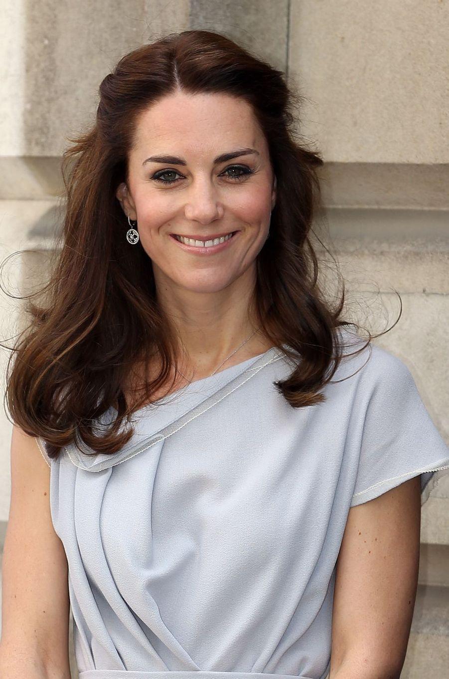 La duchesse de Cambridge, née Kate Middleton, a inauguré ce mercredi 4 mai une aire de jeux pour enfants dans les jardins du château d'Hampton Court, avant de se rendre à une réception pour le déjeuner au centre Anna Freud à Londres.