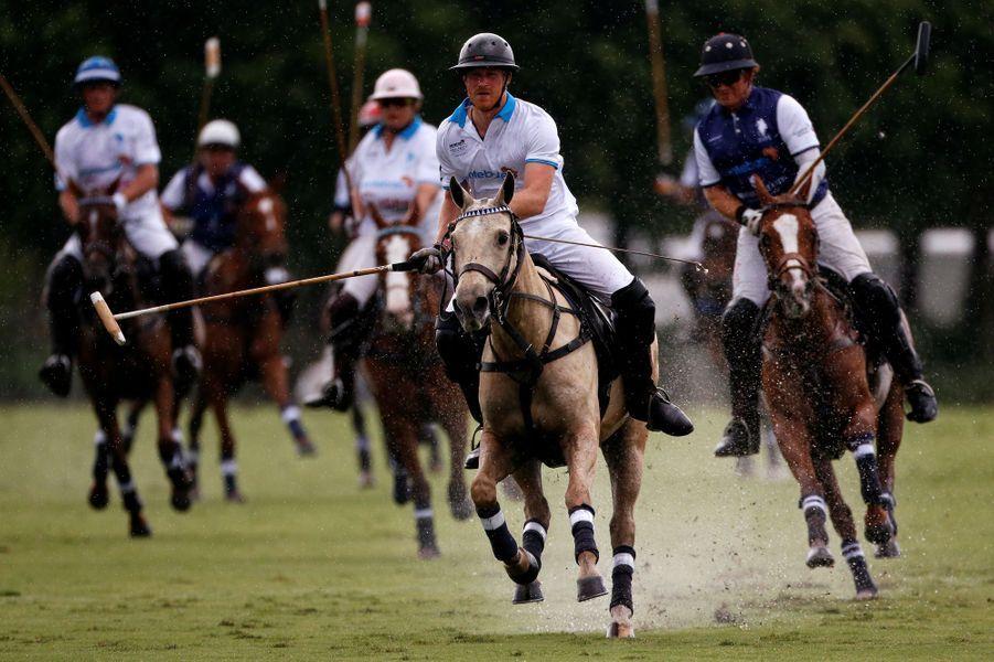 Avant de lancer ses Invictus Games à Orlando, le prince Harry a pris part ce mercredi 4 mai à un match de polo en Floride au profit de sa fondation Sentebale. Match qu'il a remporté.