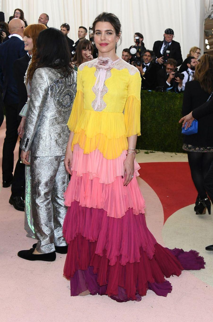 Comme la reine Rania de Jordanie, Charlotte Casiraghi faisait partie des très chics invitées du Gala du Met qui s'est tenu ce lundi 2 mai au soir à New York.