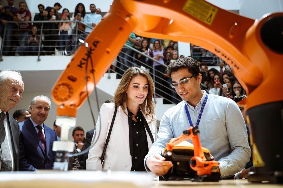 Ce dimanche 8 mai, la reine Rania de Jordanie était à Madaba, le temps d'une visite à l'Université germano-jordanienne en soutien à son enseignement de pointe.