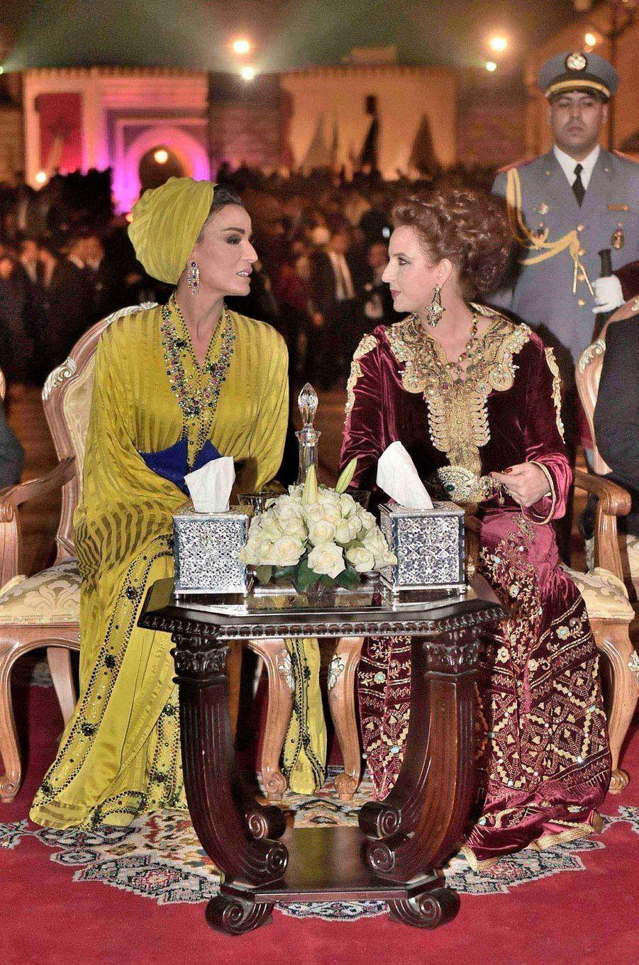 L'une avait choisi de marier le grenat à l'or, l'autre le jaune et le bleu. Lalla Salma et la Sheikha Mozah étaient toutes deux somptueuses à Fès, ce samedi 7 mai.