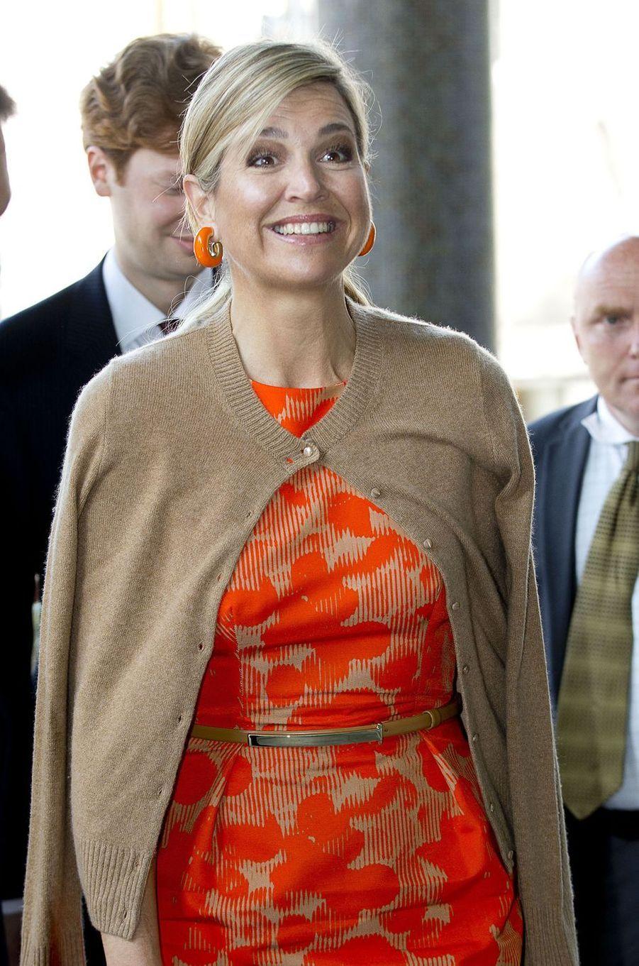 Ce mercredi 11 mai, la reine Maxima des Pays-Bas arborait à la Conférence sur le Climat à Rotterdam un bien original sac en laine orange et beige comme sa tenue.