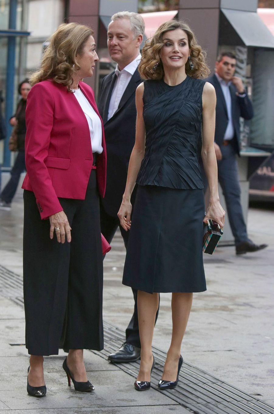 Ce jeudi 12 mai, alors qu'elle assistait à la finale espagnole du concours international FameLab, la reine Letizia d'Espagne arborait un sac pour le moins original.