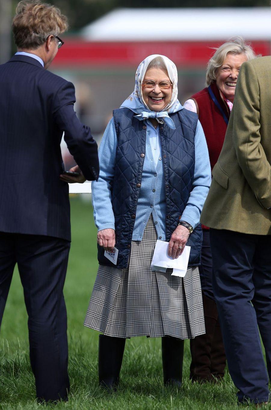 La reine Elizabeth II est apparue tout sourire ce jeudi 12 mai après avoir gagné... un bon d'achat grâce à la victoire d'un de ses chevaux lors d'un concours hippique.