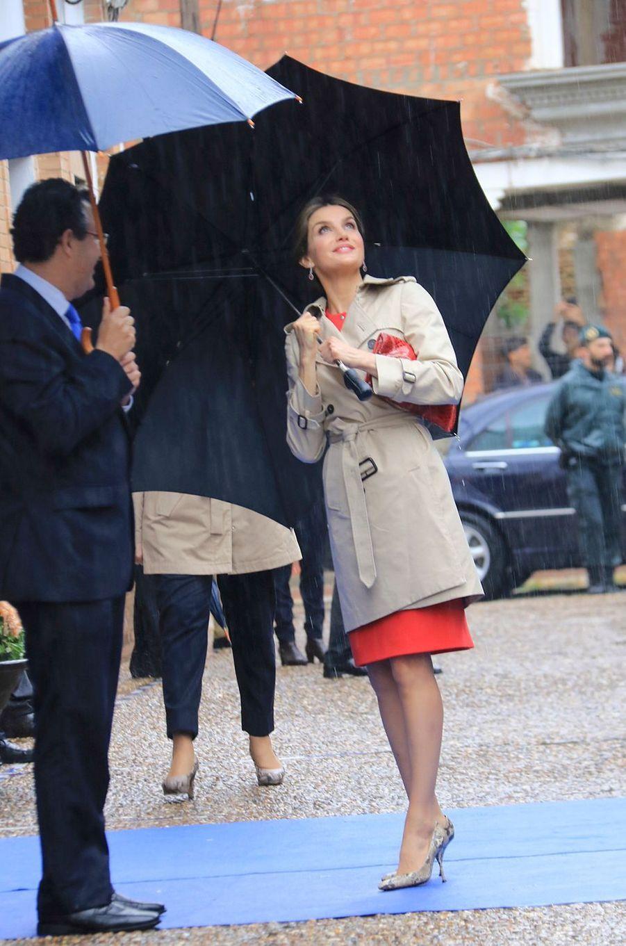 Temps pluvieux sur La Rinconada ce mardi 10 mai. Mais cela n'a en rien empêché la reine Letizia d'Espagne de s'adonner à un bain de foule avec le sourire.