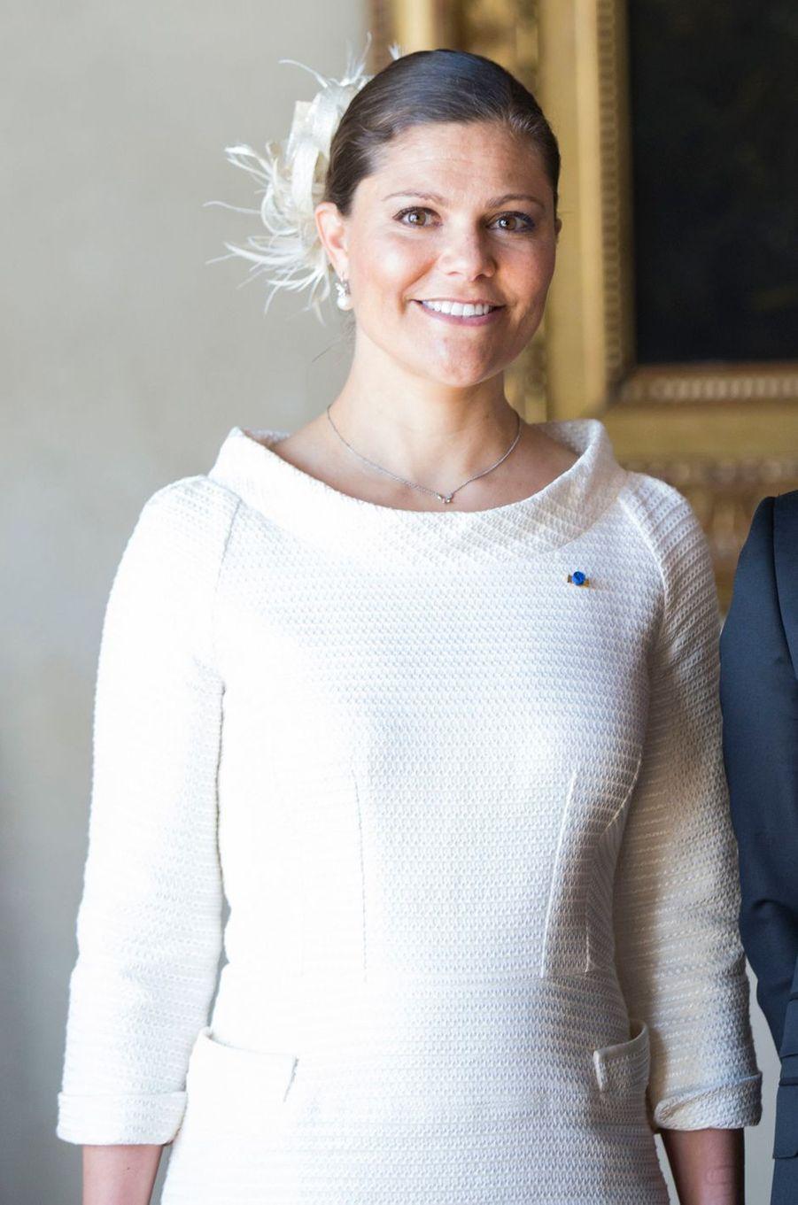 Au deuxième jour de la visite d'État de la présidente du Chili en Suède ce mercredi 11 mai, la princesse Victoria rayonnait, tout de blanc vêtue.