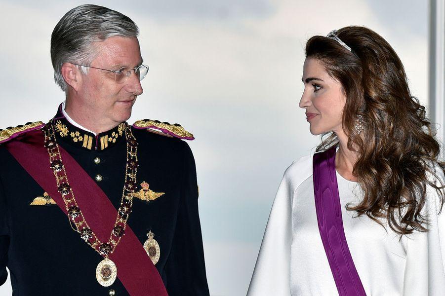 Ce mercredi 18 mai, alors que le couple royal jordanien était en visite d'État en Belgique, la reine des Belges Mathilde et la reine Rania de Jordanie avaient accordé leurs tenues pour offrir un élégant cocktail vestimentaire vanille-fraise. Le soir, un dîner d'État s'est déroulé au château de Laeken.