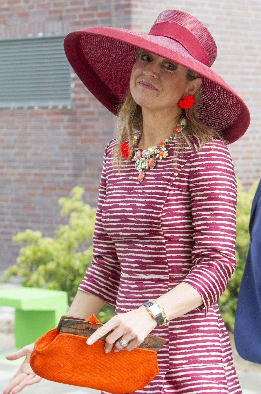 En noir et blanc la veille à Copenhague, la reine Maxima des Pays-Bas a ressorti les couleurs ce jeudi 19 mai à Utrecht.