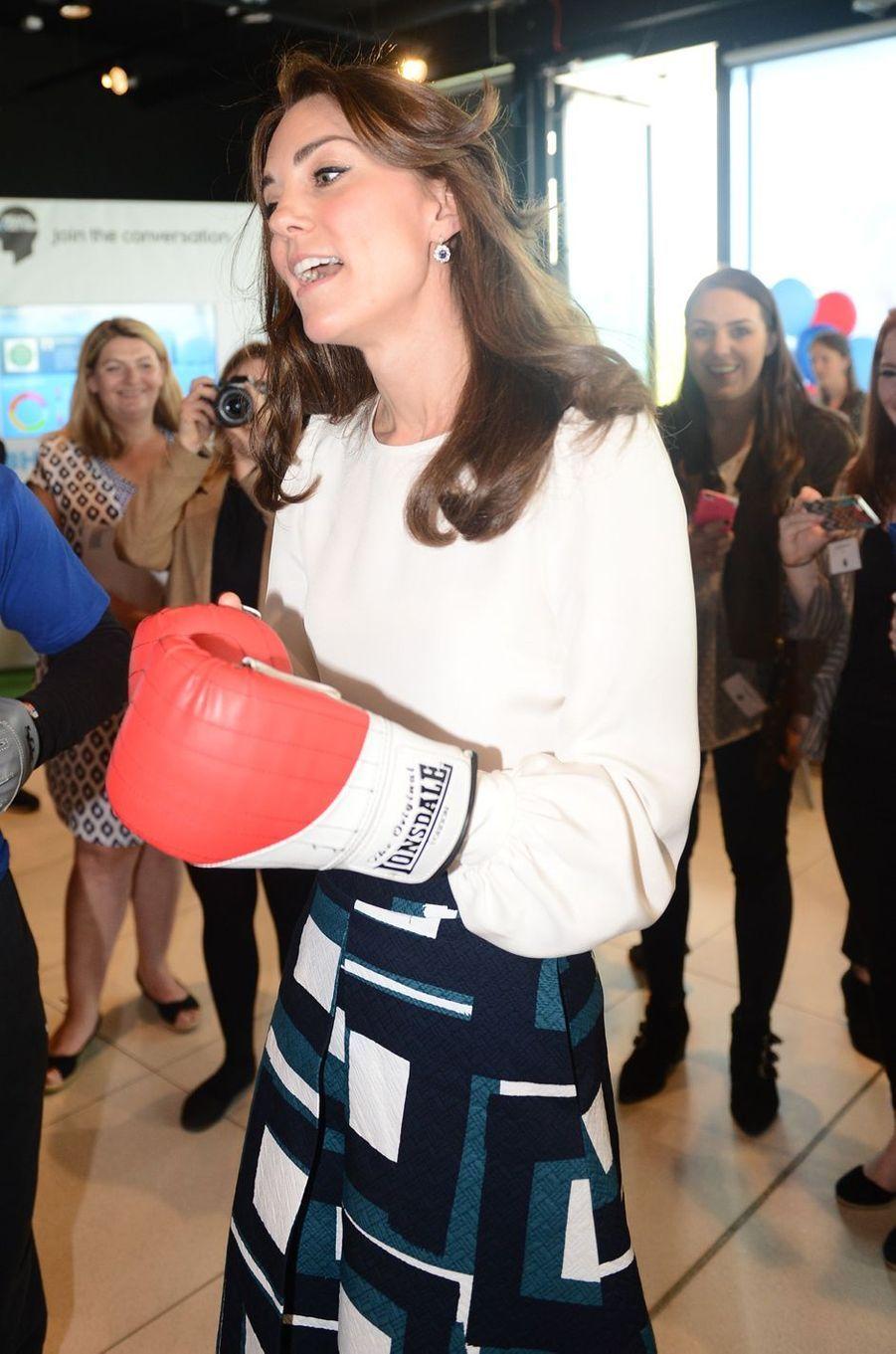 Quand il faut frapper fort, elle n'hésite pas. Par ailleurs très élégante, la duchesse de Cambridge, née Kate Middleton, a enfilé ce lundi 16 mai des gants de boxe pour mieux faire passer son message.