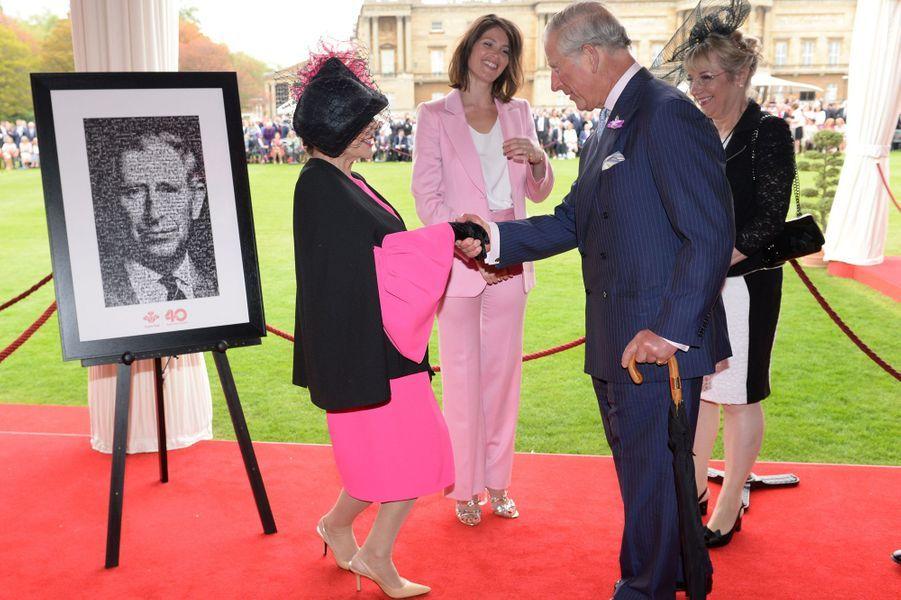 En ce mois de mai, les garden-partys se succèdent à Londres dans les jardins de Buckingham Palace, avec la reine Elizabeth II et même sans elle. Ce mardi 17 mai, le prince Charles donnait la sienne. L'occasion de croiser Roger Moore, Joan Collins et Gemma Arterton.