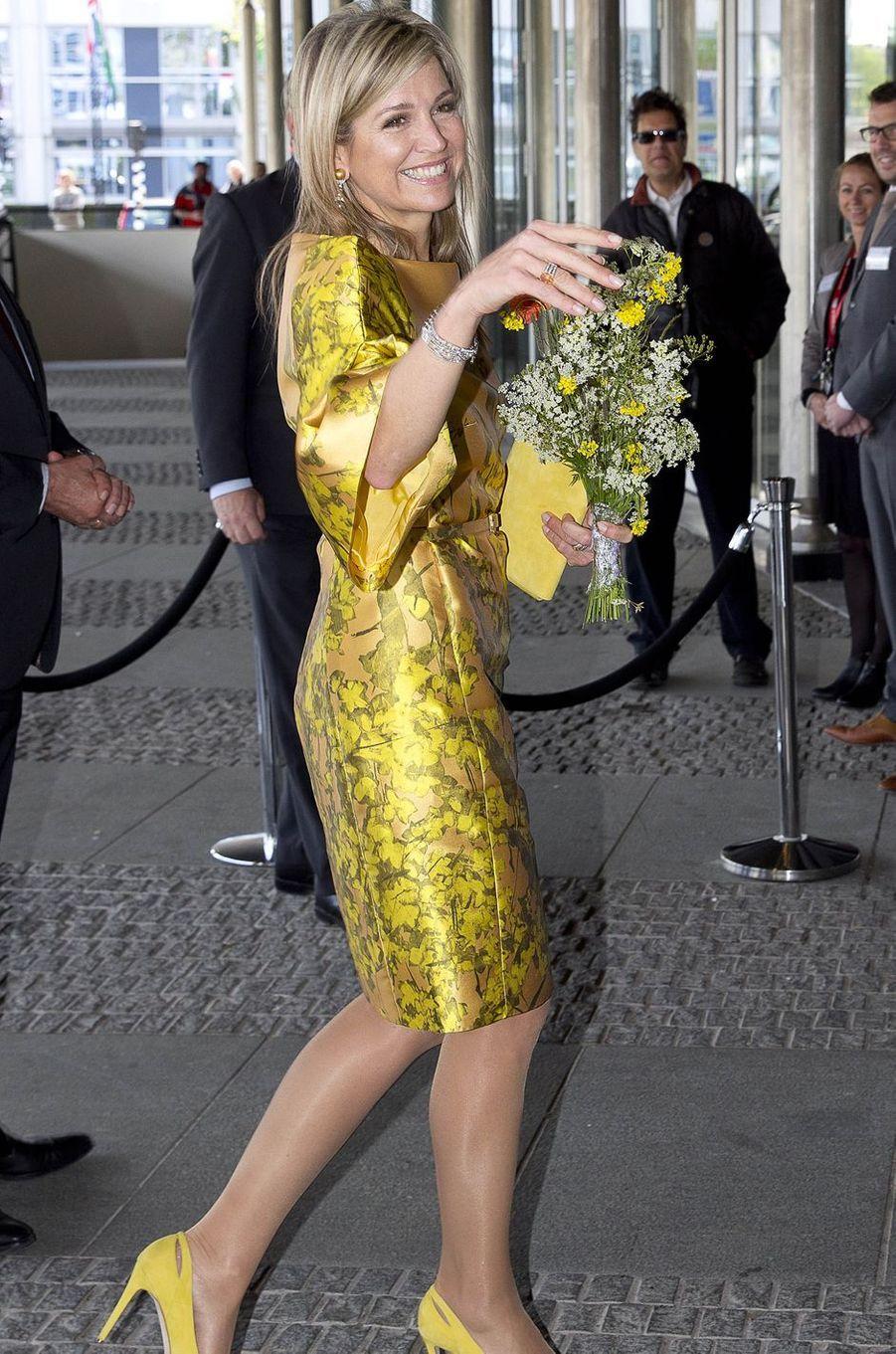 Ce mardi 17 mai, jour de ses 45 ans, la reine Maxima des Pays-Bas était rayonnante dans sa robe couleur soleil pour ouvrir un congrès à La Haye.