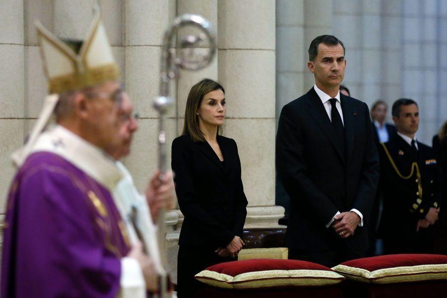 Tout de noir vêtue, la reine Letizia d'Espagne a assisté ce mardi 17 mai, avec son royal époux Felipe VI, à une messe pour les victimes du tremblement de terre survenu il y a un mois en Équateur.