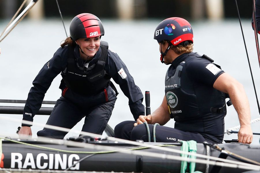 À Portsmouth ce vendredi 20 mai, la duchesse de Cambridge, née Kate Middleton, n'a pas résisté à la tentation de s'offrir une virée en mer sur le bateau du champion de voile Ben Ainslie.