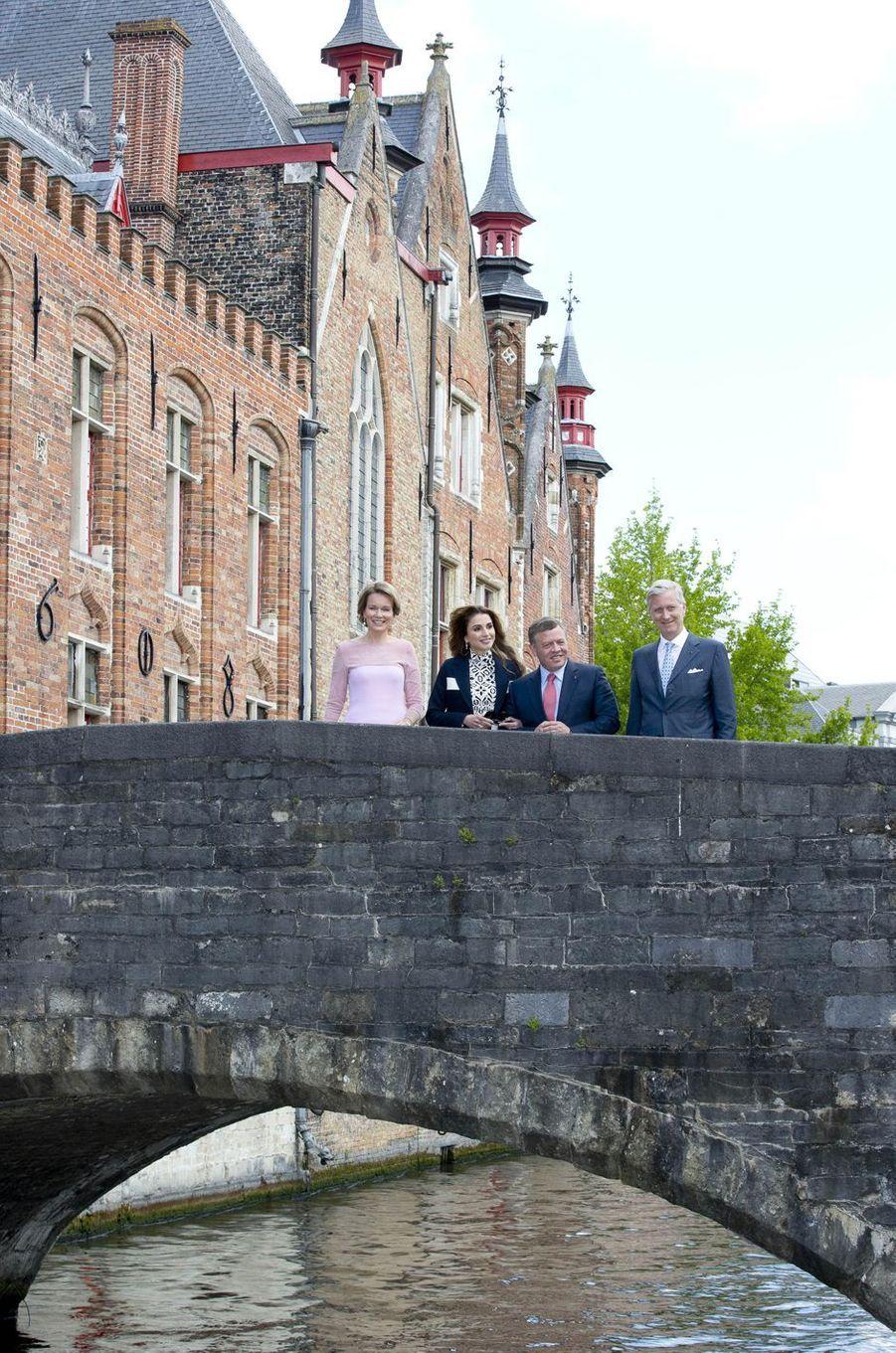 En visite d'État en Belgique avec son royal époux, la reine Rania de Jordanie, guidée par la reine Mathilde, n'a pu échapper ce jeudi 19 mai à la visite d'une chocolaterie belge à Bruges, où leurs royaux époux les ont rejointes pour l'heure du déjeuner.