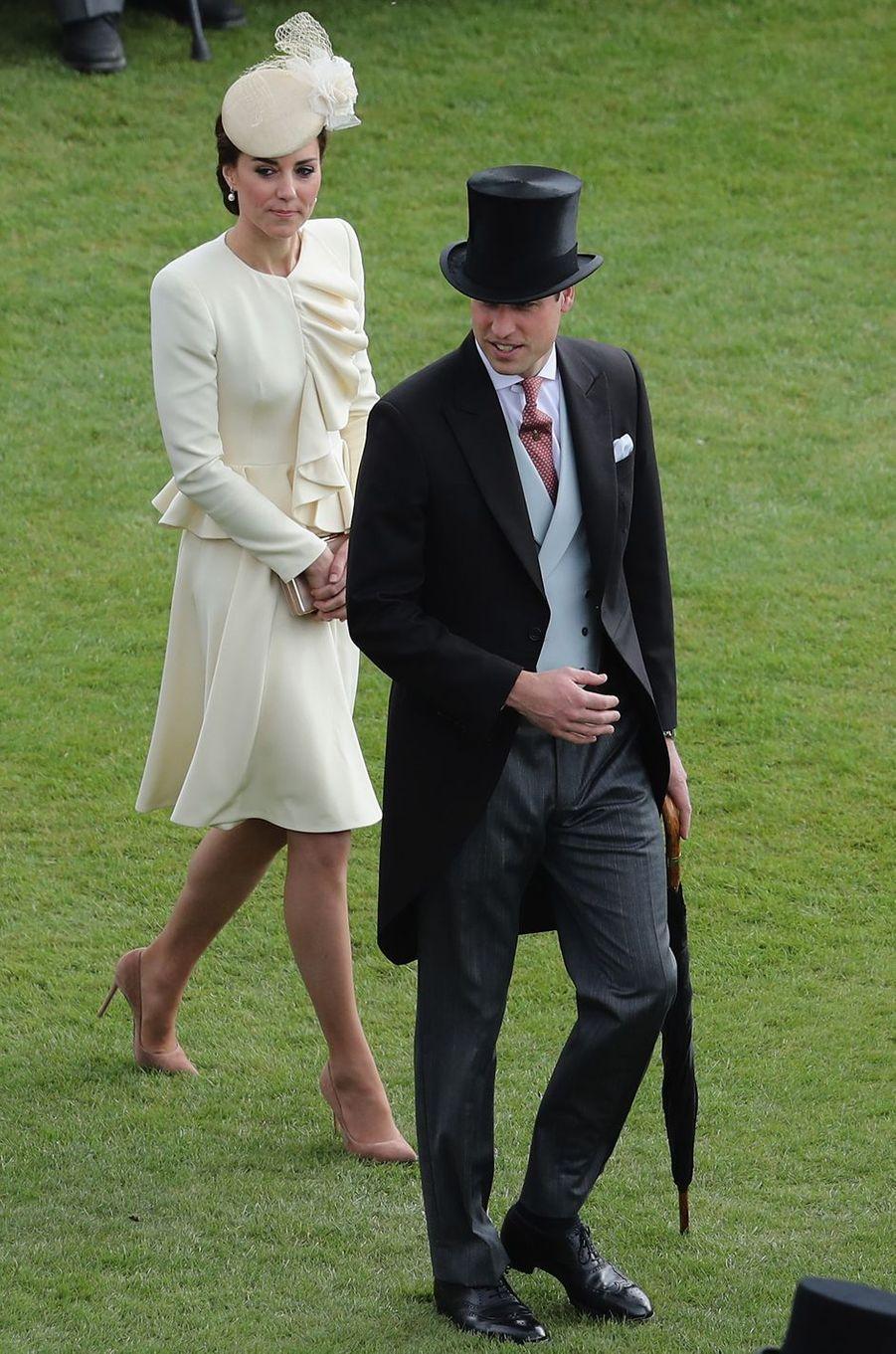 Ce mardi 24 mai, la duchesse de Cambridge née Kate Middleton, accompagnée de son mari le prince William, a pris part à la dernière des garden-partys de la reine Elizabeth II à Buckingham Palace, avec des invités qui lui tenaient fort à cœur.