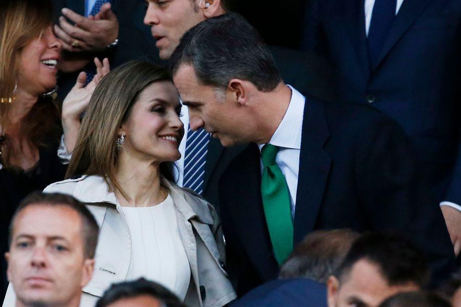 Ce dimanche 22 mai au soir, jour de leurs 12 ans de mariage, la reine Letizia a assisté aux côtés de son royal époux à la finale de la coupe d'Espagne de football opposant le FC Barcelone à Séville FC.