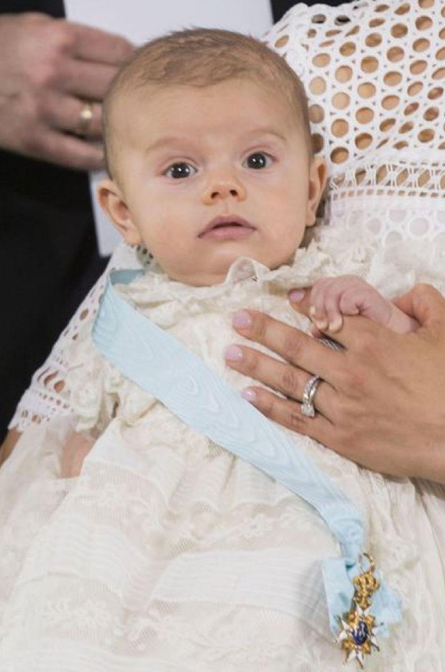 La famille royale suédoise a célébré ce vendredi 27 mai le baptême du prince Oscar, le fils de la princesse héritière Victoria de Suède.