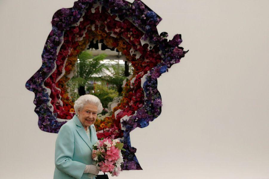 La reine Elizabeth II, la duchesse de Cambridge née Kate Middleton et une bonne partie de la famille Windsor étaient réunies pour visiter le traditionnel Chelsea Flower Show, ce lundi 23 mai.
