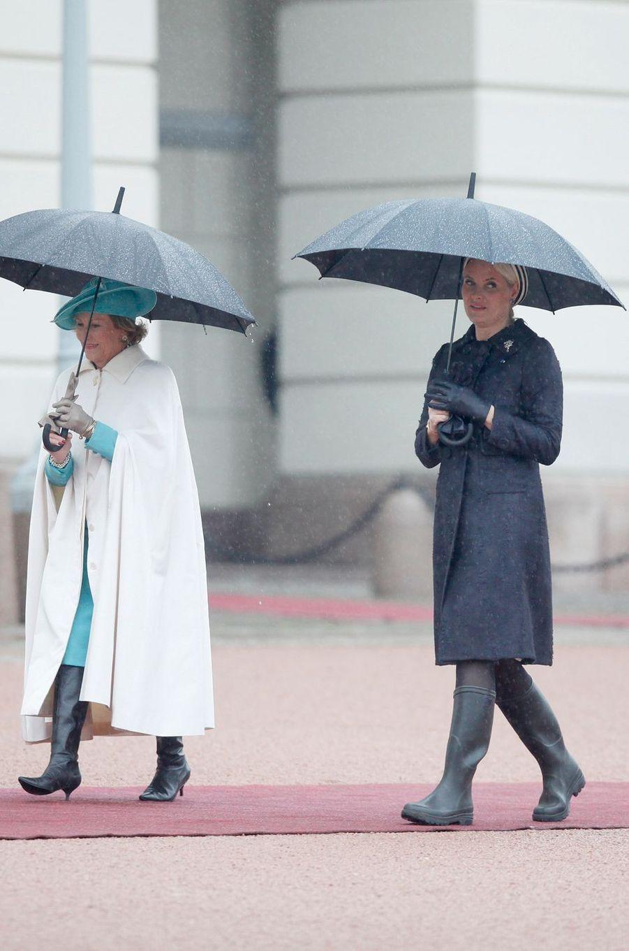 Son mal de dos et une pluie incessante ont obligé ce lundi 23 mai la princesse Mette-Marit de Norvège à accueillir le couple présidentiel de Pologne chaussée de … bottes en caoutchouc.