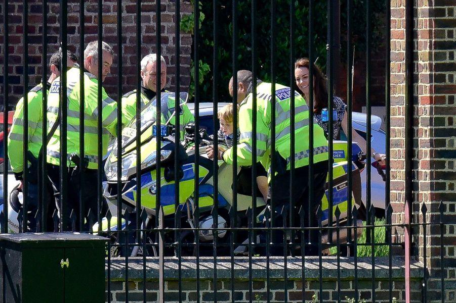À l'instar de son papa le prince William 29 ans plus tôt, Baby George, accompagné de Kate sa maman, a enfourché une vraie moto de policeman ce mardi 24 mai à Londres.
