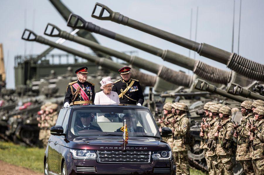 La reine Elizabeth II a coiffé ce jeudi 26 mai sa casquette de capitaine-général de la Royal Artillery pour célébrer les 300 ans de cette arme de l'armée britannique comptant plusieurs régiments.