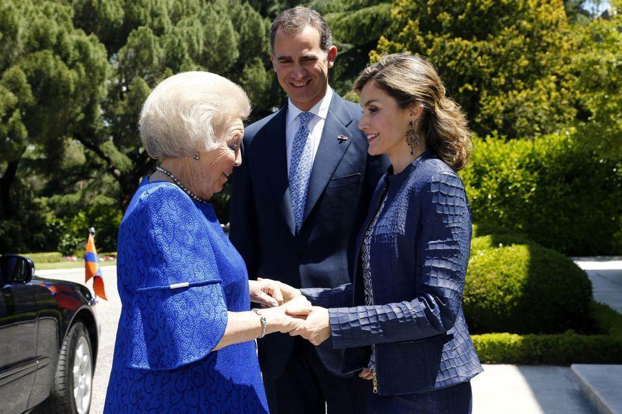 Ce lundi 30 mai, la reine Letizia a reçu, avec son royal époux Felipe VI, l'ex-reine Beatrix des Pays-Bas venue en Espagne pour l'inauguration de l'exposition Jérôme Bosch au musée du Prado.