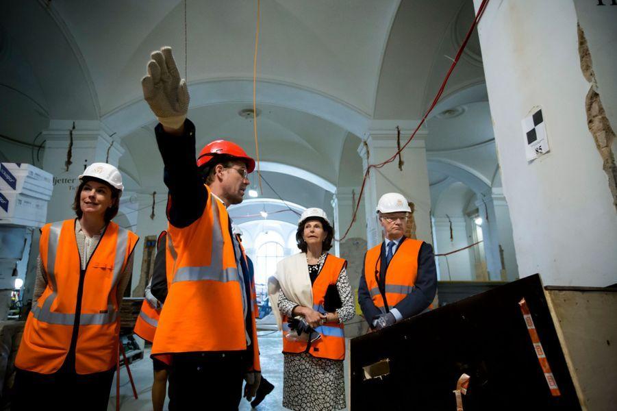 Le roi Carl XVI Gustaf de Suède et son épouse la reine Silvia sont sortis de leur habituelle réserve ce lundi 30 mai, en marge de leur visite du chantier de rénovation du Nationalmuseum. L'objet de cette prise de position: le projet du Centre Nobel de Stockholm.