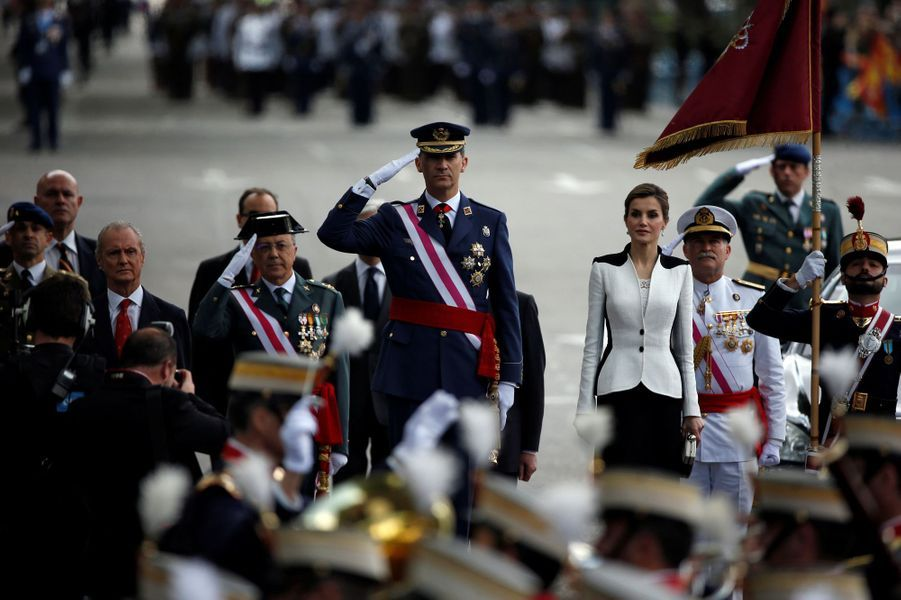 Ce samedi 28 mai, c'est dans un look bicolore noir et blanc que la reine Letizia d'Espagne a pris part à Madrid, aux côtés de son époux le roi Felipe VI, à la Journée des Forces armées.