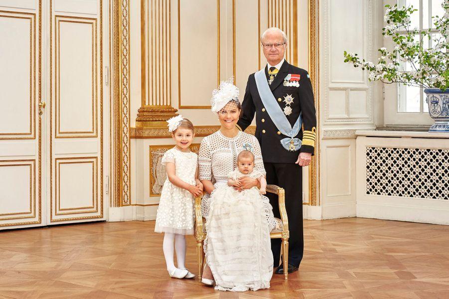 La Maison royale de Suède a diffusé le week-end des 28 et 29 mai les photographies officielles du baptême du prince Oscar, le fils de la princesse héritière Victoria de Suède.