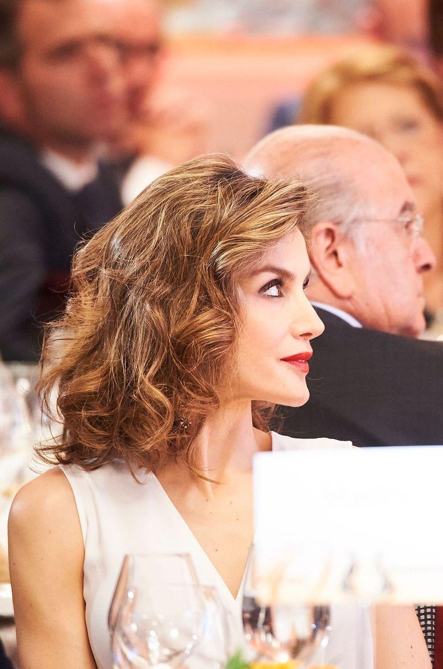 Ce mercredi 8 juin, pour présider avec son royal époux le déjeuner anniversaire d'un journal économique, la reine Letizia d'Espagne a pris soin d'assortir son rouge à lèvres à ses sandales.