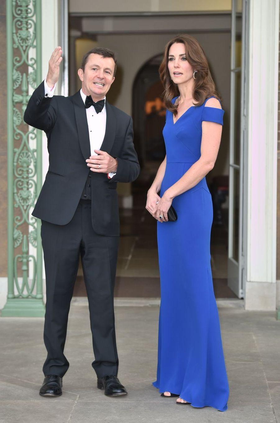 La duchesse de Cambridge, née Kate Middleton, était somptueuse dans une robe d'un bleu royal jeudi 9 juin au soir, à l'occasion d'un dîner donné en son palais de Kensington pour l'association caritative SportsAid.