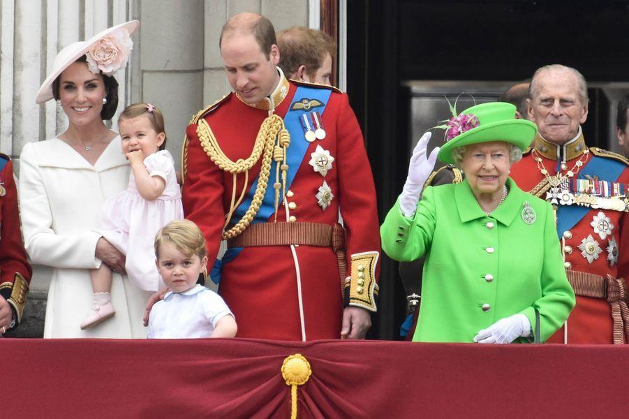 La reine Elizabeth II a procédé samedi 11 juin au matin à la traditionnelle revue des troupes, près de Buckingham Palace, au deuxième jour des festivités organisées pour son 90e anniversaire, avant d'assister à une parade aérienne entourée de la famille royale, prince George et Baby Charlotte inclus.