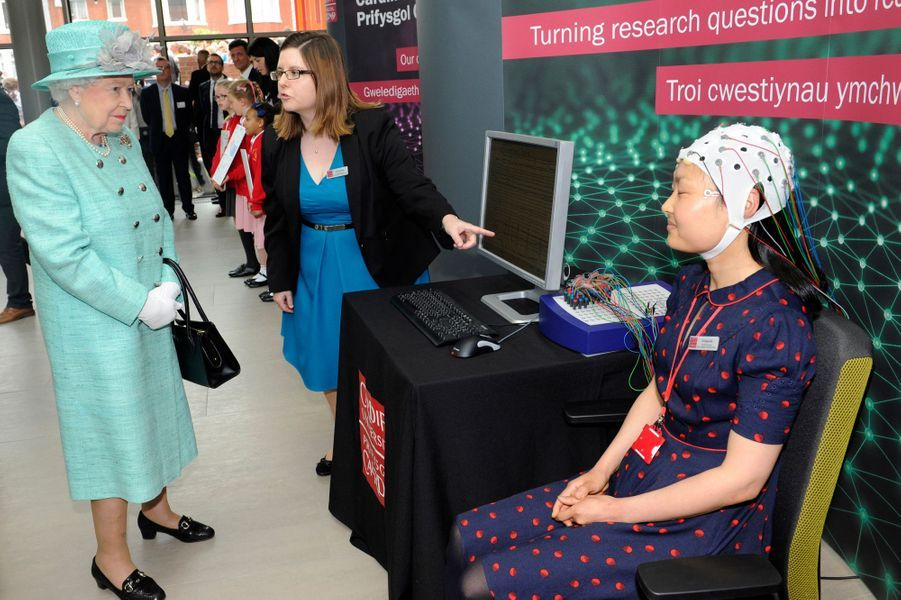 À Cardiff ce mardi 7 juin pour ouvrir la cinquième session de l'Assemblée nationale du Pays de Galles, la reine Elizabeth II en a profité pour inaugurer un innovant centre de recherches sur le cerveau.
